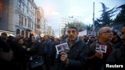 Para demonstran memegang foto Presiden Bar Association, Tahir Elci pada sebuah protes di Istambul, Turki, 28 November 2015.