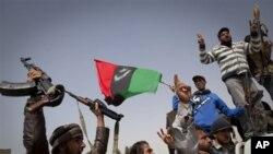 Građani i pobunjenički borci slave na ulicama Ajdabiye, 26. ožujka 2011.