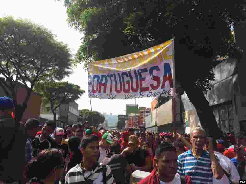 """Miles de chavistas señalan que """"Maduro no está solo"""" y que ese es el mensaje que quieren mostrar al mundo durante esta jornada de protestas."""