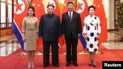中國國家主席習近平和夫人彭麗媛在北京人大會堂同北韓國務委員會委員長金正恩和夫人李雪主合影。(2018年3月28日)