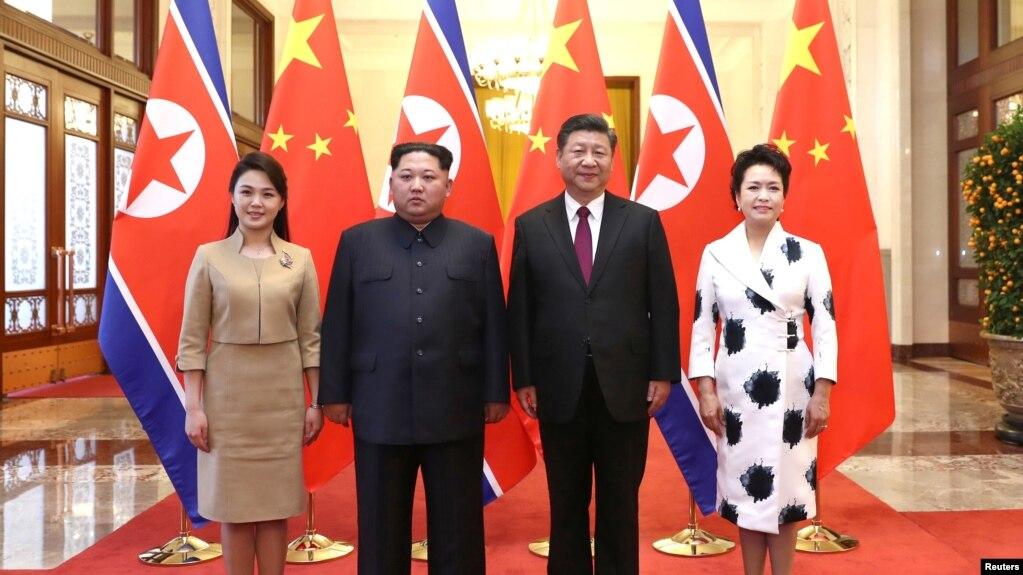 中國國家主席習近平和夫人彭麗媛在北京人大會堂同朝鮮國務委員會委員長金正恩和夫人李雪主合影。 (2018年3月28日)