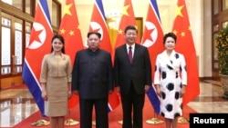 中國國家主席習近平和夫人彭麗媛在北京人大會堂同北韓領導人金正恩和夫人李雪主合影。 (2018年3月28日)