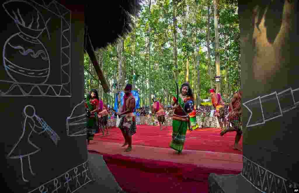 تہوار کے پہلے دن برادری کے افراد پادری کے گھر کے قریب جمع ہوتے ہیں جہاں وہ روایتی گانے گاتے ہیں اور رقص کرتے ہیں۔