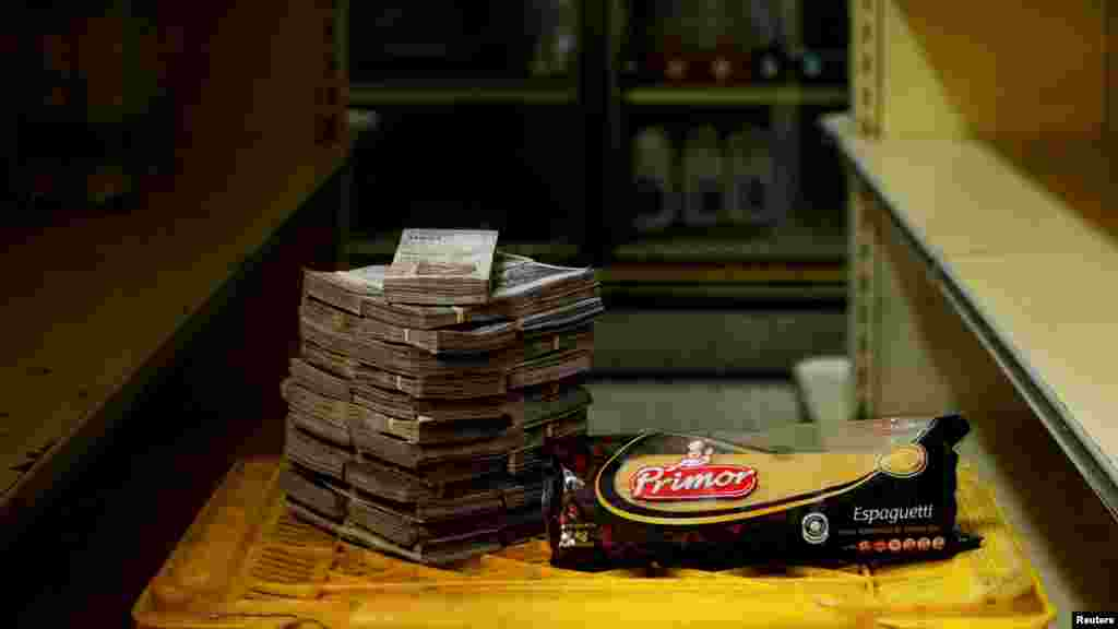 Un kg de pasta junto a 2.500.000 bolívares, equivalente a 0,38 dólares.