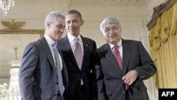 Bên phải TT Obama là cựu Chánh văn phòng Rahm Emanuel, bên trái là tân Chánh văn phòng tạm thời Pete Rouse, 01/10/2010