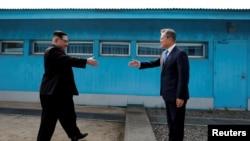 Presiden Korsel Moon Jae-in dan Pemimpin Korut Kim Jong-un di desa perbatasan Panmunjom yang memisahkan dua Korea, Korea Selatan,27 April 2018.(Foto: dok)