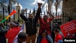 Les manifestants aux portes du Parlement à Nairobi, Kenya, 31 mai 2018.