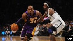 Kobe Bryant des Lakers dans un match contre les Lakers à New York City le 5 février 2013.