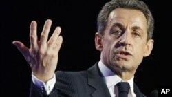 La decisión de Le Pen reduce las aspiraciones del presidente Nicolás Sarkozy a la reelección.