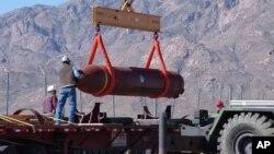 미국 뉴멕시코즈 화이트샌즈 미사일 시험장에서 MOP 벙커버스터 폭탄을 운반차량에 싣고 있다.