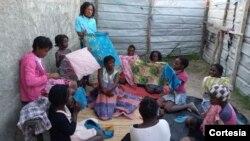 Jovens recebem instruções sobre higiene menstrual e aprendem a fazer pensos reutilizáveis