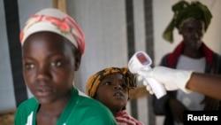 Dans un centre de la Croix-rouge à Koidu, Sierra Leone, le 19 décembre 2014. (REUTERS/Baz Ratner)