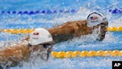 ທ້າວ Michael Phelps (ເທິງ) ນັກລອຍນ້ຳຫລຽນຄຳສະຫະລັດ