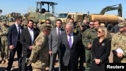 Menhan AS Jim Mattis dan Menteri Keamanan Dalam Negeri Kirstjen Nielsen mengunjungi Base Camp di Donna, Texas, 14 Novermber 2018