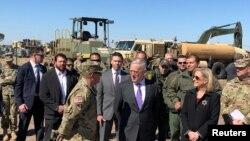 Jim Mattis, sec. de Defensa de EE.UU. y Kirstjen Nielsen, sec. de Seguridad Nacional visitan el Campo Base Donna, en Texas.