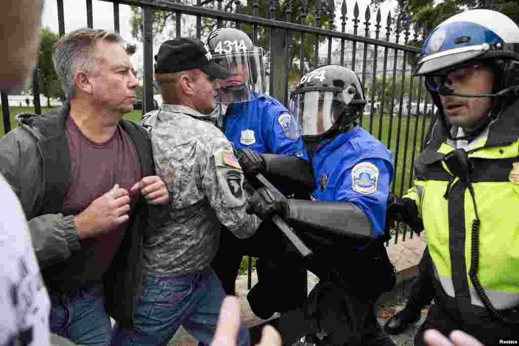 """La policía detuvo a algunos de los manifestantes que tomaron parte de una protestas llamada """"Marcha del millón de veteranos a los monumentos"""", que convocó a cientos de activistas hasta la Casa Blanca en Washington."""