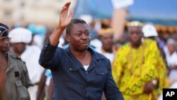 Le président Faure Gnassingbé du Togo, mercredi 22 avril 2015, saluant ses partisans lors de la campagne électorale pour la présidentielle du 25 avril.