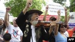 Biểu tình chống Trung Quốc tại Hồ Hoàn Kiếm ở Hà Nội, ngày 24/7/2011