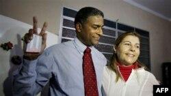 Nhân vật bất đồng chính kiến Cuba Oscar Elias Biscet (trái) và vợ sau khi được thả ra khỏi nhà tù ở Havana, Cuba, ngày 11 tháng 3, 2011.