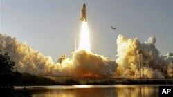 Décollage de la navette spatiale Discovery à Cap Canaveral, en Floride le 24 février 2011.