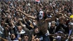 معترضان در صنعا یکی از مخالفان صالح را بر دوش خود دارند که بر روی بدن خود نوشته: «صالح باید برود». یمن ۱۶ اکتبر ۲۰۱۱
