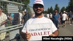 یک شهروند ترکیه با کاغذی که در آن نوشته «عدالت»