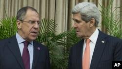 Ngoại trưởng Mỹ John Kerry, phải, và Ngoại trưởng Nga Sergei Lavrov trước cuộc họp bên lề hội nghị APEC ở Bắc Kinh, 8/11/2014.