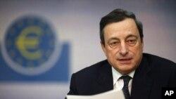 Gubernur Bank Sentral Eropa (ECB) Mario Draghi memberikan pernyataan di London Kamis (26/7) bahwa ECB akan melakukan upaya maksimal untuk mempertahankan nilai mata uang Euro (foto: dok).