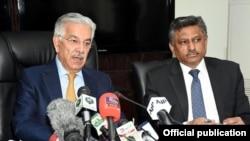 وفاقی وزیر خواجہ آصف اجلاس کے بارے میں صحافیوں کو بتا رہے ہیں۔