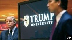 Foto de 2005 en la que aparece Donald Trump durante un evento de la ahora extinta Universidad Trump.