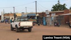 Une rue de Dori au Burkina Faso le 7 octobre 2019 (VOA/Lamine Traoré)