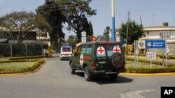 Des corps de victimes d'attaques de shebab transportés dans une ambulance, à Nairobi, Kenya, 27 janvier 2017.