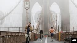 Magla na Bruklinskom mostu u Njujorku