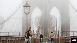 New York'taki Brooklyn Köprüsü sis altında