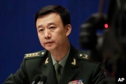 中国国防部发言人吴谦大校在北京的记者会上(2017年7月24日)