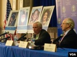 """美国前联邦众议员沃尔夫(左)在""""美国国际宗教自由委员会""""峰会上严厉谴责中国大规模拘捕维吾尔人。 (美国之音萧雨拍摄)"""