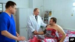 Tổng thống Nga Vladimir Putin đến bệnh viện thăm nạn nhân của vụ tấn công khủng bố ở Vlogograd, Nga
