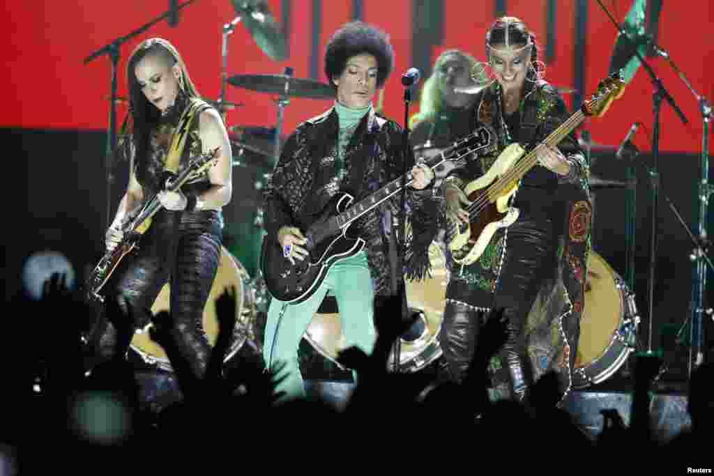 Prince durante su espectáculo en la entrega de los Premios Billboard.