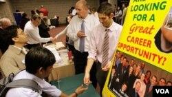 Para pencari kerja mendatangi kantor informasi lapangan kerja di AS. OECD memperkirakan pertumbuhan ekonomi di negara G-7 tergantung seberapa cepat pasar tenaga kerja akan pulih.