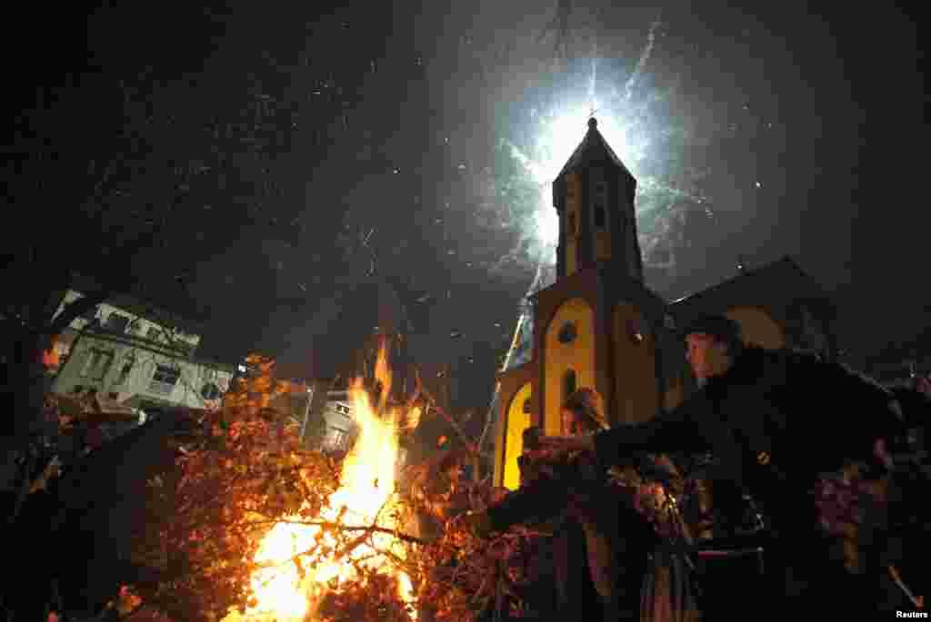 Православные сербы после праздничной службы сжигают дубовые ветки – символ тепла, согревающего души родных и близких