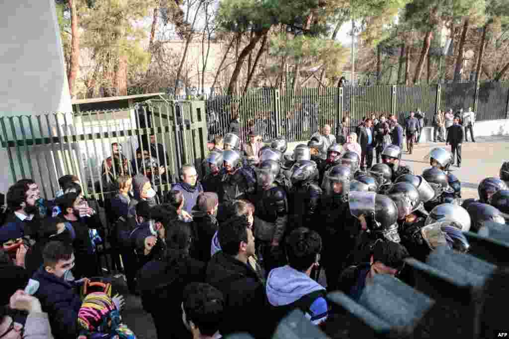 Tehran Universitetinin tələbələri iğtişaş polisi ilə toqquşur.