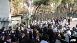 伊朗大学生在举行抗议经济问题的示威活动时在德黑兰大学与警察发生摩擦。(2017年12月30日)