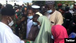Wasu daga cikin iyalan mamatan a wajen jana'iza a Abuja (Twitter/Nigerian Army)