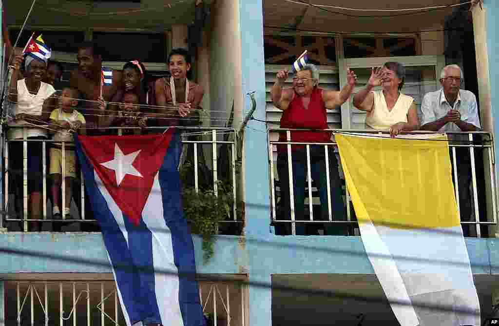 Dân chúng chào đón Ðức Giáo Hoàng Benedicto 16 đến Santiago de Cuba ở Cuba ngày 26 tháng 3, 2012. (Hình AP)