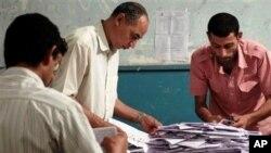 Nhân viên phụ trách bầu cử Ai Cập kiểm phiếu