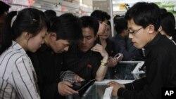 지난해 5월 북한 평양에서열린 봄철국제상품전람회에서 주민들이 소형 컴퓨터를 살펴보고 있다. 전람회에는 독일과 스위스, 이탈리아 등 유럽 기업들도 참가했다. (자료사진)