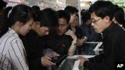 지난해 5월 북한 평양에서열린 봄철국제상품전람회에서 주민들이 소형 컴퓨터를 살펴보고 있다. (자료사진)