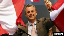Norbert Hofer, kandidat dari partai sayap kanan yang anti-imigrasi, Partai Kebebasan, saat kampanye terakhir di Wina (22/4).