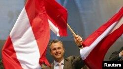 Le candidat du parti de l'extrême droite FPÖ, Norbert Hofer, entouré de drapeau autrichien le 22 avril 2016.