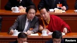 中國政府指定的第十一世班禪喇嘛堅贊諾布(右)於2015年3月11日參加兩會。